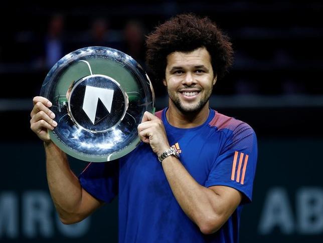 2月19日、男子テニスの世界インドア・トーナメントは、オランダのロッテルダムでシングルス決勝を行い、第6シードのジョーウィルフリード・ツォンガ(写真)が第3シードのダビド・ゴフィンを4─6、6─4、6─1と逆転で下し、2015年以来のタイトルを手にした(2017年 ロイター/Michael Kooren)