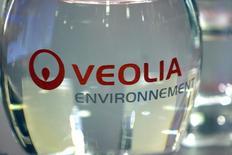 Veolia Environnement, qui est à suivre à la Bourse de Paris, a annoncé lundi avoir remporté un contrat de 156 millions d'euros au Sri Lanka, permettant de contribuer à l'accès à l'eau à grande échelle dans la région du Greater Mata. /Photo d'archives/REUTERS/Charles Platiau
