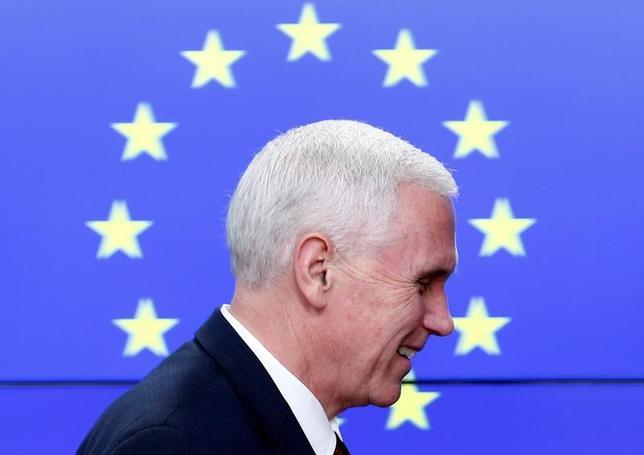 2月20日、ペンス米副大統領(写真)はブリュッセルで欧州連合(EU)のモゲリーニ外交安全保障上級代表らに対し、トランプ政権はEUとの「関係を深める」方法を探していると述べた(2017年 ロイター/Francois Lenoir)