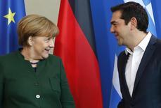 Канцлер Германии Ангела Меркель и греческий премьер Алексис Ципрас на встрече в Берлине 16 декабря 2016 года. Евросоюз заметил превосходящее ожидания восстановление бюджета Греции, благодаря чему ей понадобится меньше займов от партнеров по еврозоне, в которой Афины сумеют остаться при условии успеха реформ. REUTERS/Fabrizio Bensch