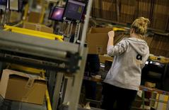 Amazon a annoncé lundi son intention d'ouvrir cette année son cinquième centre logistique en Pologne afin de tirer profit de la main d'oeuvre relativement bon marché du pays et de sa proximité avec le marché allemand. /Photo d'archives/REUTERS/Kacper Pempel