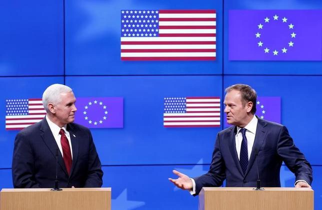 2月20日、ペンス米副大統領(左)はトゥスクEU大統領(右)と会談した。写真は20日、ブリュッセルで撮影(2017年 ロイター/Francois Lenoir)