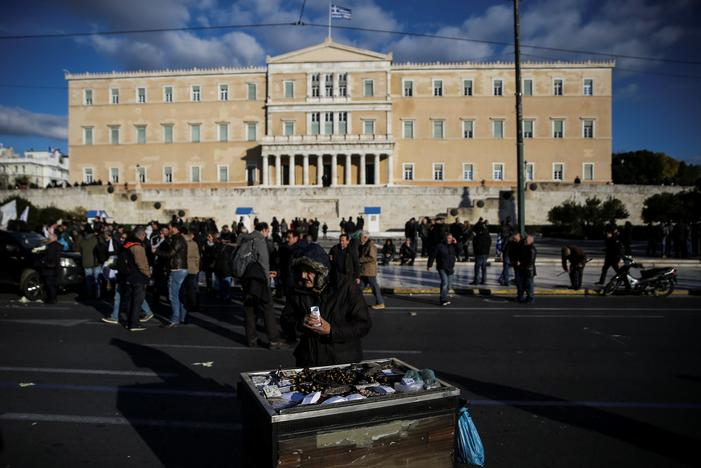 減税を求めるデモ隊の前で栗を売る老人。14日アテネで撮影(2017年 ロイター/Alkis Konstantinidis)