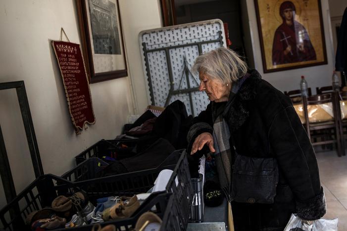 寄付された衣類を物色する年老いた女性。アテネで15日撮影(2017年 ロイター/Alkis Konstantinidis)