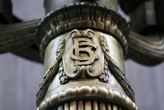 El logo del Banco Central de Chile en una de las lámparas fuera del banco en el centro de Santiago. 25 de agosto 2014.Las tasas de los bonos del Banco Central de Chile ligados a la inflación subieron el lunes, en una jornada de escasos montos por la falta de guías ante el cierre de los mercados financieros en Estados Unidos por un feriado.REUTERS/Ivan Alvarado