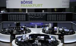 Les Bourses européennes, à l'exception de Francfort, ont terminé sans grand changement lundi. Le CAC 40 a fini sur un recul de 0,05%, le Footsie britannique a terminé inchangé mais le Dax allemand a progressé de 0,60%. /Photo prise le 20 février 2017/REUTERS