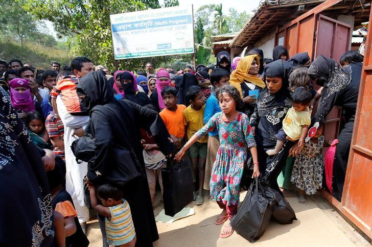 Rohingya refugees collect aid supplies including food and medicine, sent from Malaysia at Kutupalang Unregistered Refugee Camp in Cox's Bazar, Bangladesh, February 15, 2017. REUTERS/Mohammad Ponir Hossain