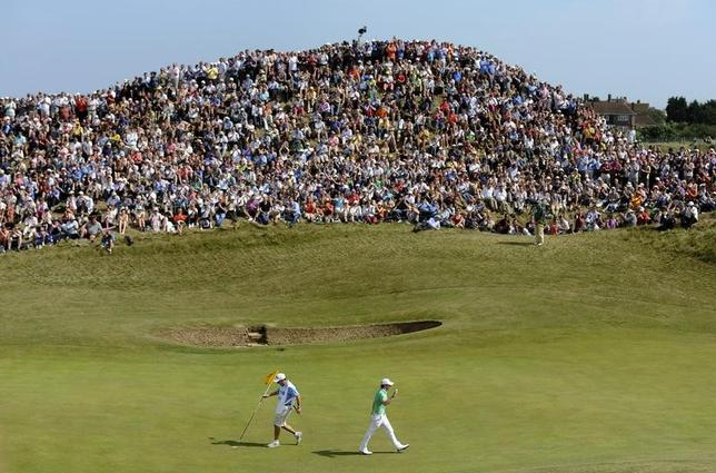 2月20日、男子ゴルフのメジャー大会、全英オープン選手権を主催するロイヤル・アンド・エンシェント・クラブ(R&A)は、2020年の同大会を英国南部サンドイッチにあるロイヤル・セントジョージズGC(写真)で開催すると発表した。英国南部サンドイッチで2011年7月撮影(2017年 ロイター/RussellCheyne)