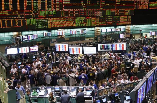 2月21日、米原油先物相場がアジア市場で2日続伸。米商品先物取引委員会(CFTC)が発表した週間統計などで、ヘッジファンドなど投機筋による米原油先物・オプションの買い越しが過去最高となったことを受けた動き。写真はニューヨーク・マーカンタイル取引所のトレーディング・フロアの様子。2008年3月撮影(2017年 ロイター/Chip East)