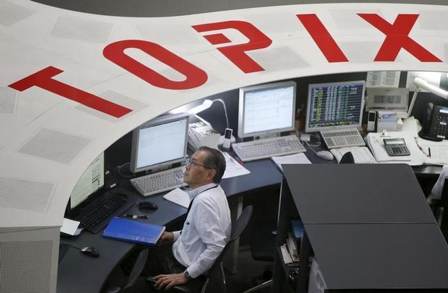 2月21日、東京株式市場で日経平均は続伸した。前日の米国株市場が休場で手掛かり難だったが、為替の円安傾向を背景に先物主導で上昇した。写真は東京証券取引所で、2015年8月撮影(2017年 ロイター/Toru Hanai)