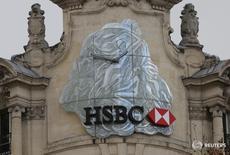 Логотип HSBC в Париже 6 февраля 2017 года. Доналоговая прибыль HSBC Holdings за 2016 год упала на 62 процента, оказавшись ниже ожиданий аналитиков, виной чему слабеющий экономический рост на основных рынках Гонконга и Великобритании и разовые списания в некоторых подразделениях. REUTERS/Jacky Naegelen