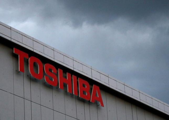 2月21日、東芝は、主力事業の柱に位置付けていたNAND事業の株式過半以上の売却に向けた作業を本格化している。事業の切り売りで得た資金を財務基盤の拡充に充てる苦肉の策だ。写真は川崎市で13日撮影(2017年 ロイター/Issei Kato)