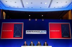 Air France, à suivre à la Bourse de Paris. Les pilotes de la compagnie aérienne ont validé à 58,1% le principe de la création d'une nouvelle filiale à coûts réduits, a annoncé lundi le Syndicat national des pilotes de ligne (SNPL). /Photo prise le 16 février 2017/REUTERS/Christian Hartmann