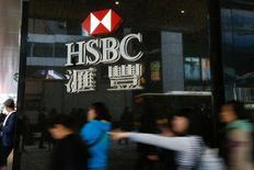 Отделение HSBC в Гонконге. Слабая финансовая отчетность перевесила хорошую экономическую статистику в ходе торгов на европейских фондовых рынках во вторник, так как инвесторы скорее равнялись на акции банковского гиганта HSBC, сообщившего о неожиданном падении прибыли, нежели данные об экономике еврозоны.  REUTERS/Bobby Yip