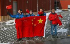 Pessoas exibem bandeiras nacionais chinesas ao lado de uma estrada por onde passava o presidente chinês, Xi Jinping, durante sua visita à Suíça na cidade de Wallisellen  15/01/2017      REUTERS/Arnd Wiegmann