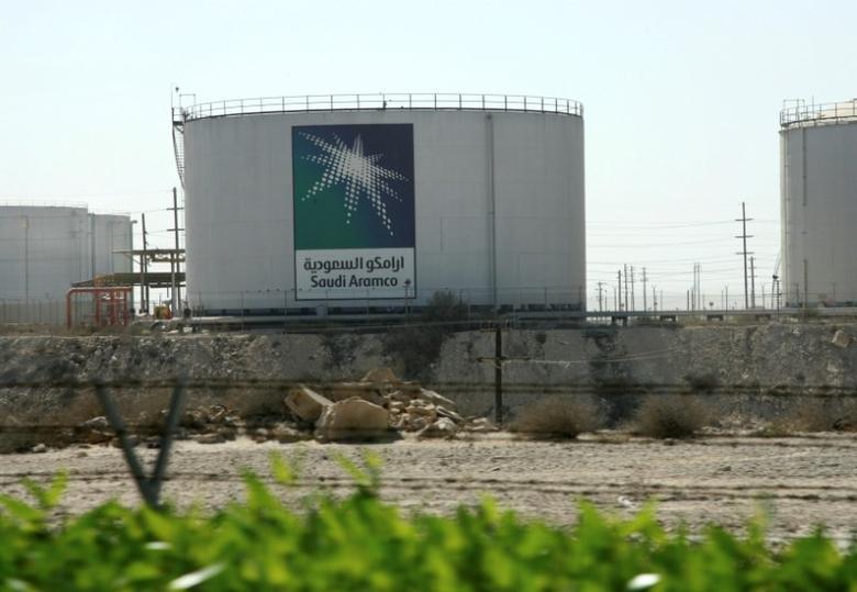 Oil tanks seen at the Saudi Aramco headquarters during a media tour at Damam city November 11, 2007.    REUTERS/ Ali Jarekji