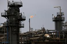 НПЗ Pertamina в Индонезии. Цены на нефть существенно выросли на торгах во вторник, после того как генсек ОПЕК сообщил о соблюдении производителями глобального пакта о сокращении добычи, добавив, что нефтекартель планирует повысить уровень выполнения соглашения. REUTERS/Darren Whiteside/File Photo