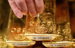 Золотые слитки. Золото подешевело во вторник, так как возобновившиеся ожидания повышения ставок в США толкнули вверх доллар, хотя поддержку продолжили оказывать политическая и экономическая неопределенность в Европе и Америке.  REUTERS/Lisi Niesner/File Photo