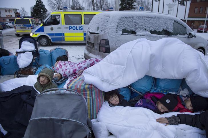 Children Nor, Saleh and Hajaj Fatema from Syria sleep outside the Swedish Migration Board in Marsta, outside Stockholm, Sweden. Picture taken January 8, 2016. REUTERS/Jessica Gow/TT NEWS AGENCY