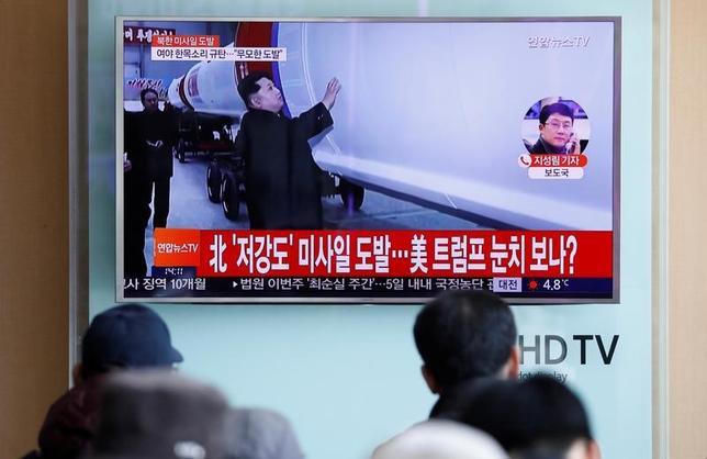 2月20日、中国は北朝鮮からの石炭輸入を停止すると発表し、同国を厳しく鞭打ったが、対話ルートを完全に断ってしまう様子は見られない。写真は、北朝鮮の弾道ミサイル発射実験を伝えるテレビ画面。ソウルで12日撮影(2017年 ロイター/Kim Hong-Ji)