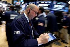 Трейдеры на торгах Нью-Йоркской фондовой биржи 17 февраля 2017 года. Акции США обновили исторические максимумы во вторник благодаря хорошим финансовым результатам Wal-Mart и Home Depot, а также сохранению оптимизма относительно экономической повестки президента Дональда Трампа. REUTERS/Brendan McDermid