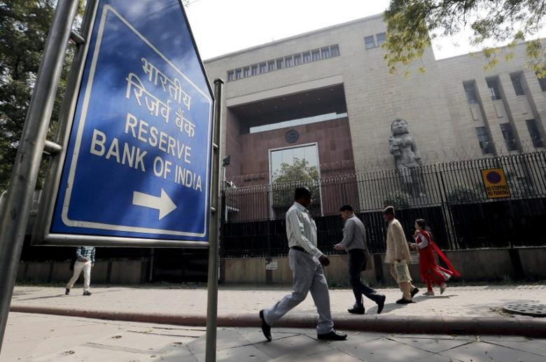 People walk past the Reserve Bank of India (RBI) building in New Delhi, India. Picture taken March 2, 2016. REUTERS/Anindito Mukherjee