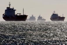 Танкеры у нефтяного терминала под Марселем. 12 декабря 2008 года. Нефтетрейдеры во всём мире, в том числе из США, Великобритании и Бразилии, в три раза увеличили продажи в Азию, пользуясь пробелом в поставках, возникшим в результате возглавляемого странами ОПЕК сокращения добычи, о котором было объявлено в прошлом году. REUTERS/Jean-Paul Pelissier/File Photo