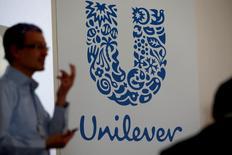 Unilever a fait savoir mercredi qu'il étudiait les moyens de créer plus de valeur pour ses actionnaires après avoir rejeté une OPA inattendue de 143 milliards de dollars de Kraft Heinz. /Photo d'archives/REUTERS/Philippe Wojazer