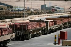 Un tren cargado con cátodos de cobre en la mina Escondida en Antofagasta, Chile, mar 31, 2008.El mercado mundial de cobre refinado mostró un déficit de 9.000 toneladas en noviembre del año pasado, en comparación con el superávit de 49.000 toneladas de octubre, dijo el Grupo Internacional de Estudios del Cobre (ICSG, por su sigla en inglés) en su último reporte mensual.  REUTERS/Ivan Alvarado