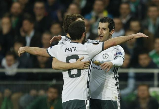 2月22日、サッカーの欧州リーグ32強の第2戦、マンチェスター・ユナイテッドはヘンリク・ムヒタリアン(右)の得点でサンテティエンヌに1─0と勝利。2試合合計4─1でベスト16進出を決めた(2017年 ロイター)