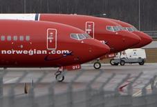 IMAGEN DE ARCHIVO. Aviones de la aerolínea noruega Norwegian Air en el aeropuerto de Estocolmo, Suecia. 6 de marzo 2015 file photo. Los viajeros preocupados por su presupuesto pueden ahora reservar un vuelo transatlántico por 65 dólares en Norwegian Air Shuttle ASA, informó el jueves la compañía, en una decisión que aumenta la presión sobre las aerolíneas estadounidense para competir con tarifas extremadamente bajas. REUTERS/Johan Nilsson/TT News Agency/File PhotoATTENTION EDITORS - SWEDEN OUT. THIS IMAGE HAS BEEN SUPPLIED BY A THIRD PARTY. EDITORIAL USE ONLY. - RTX2B1JZ