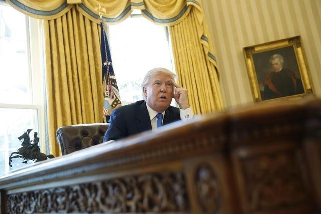 2月23日、トランプ米大統領は、議会共和党が推進している国境調整税について雇用促進する可能性があるとしたが、明確に支持を表明することはしなかった。ホワイトハウスでロイターのインタビューを受ける大統領(2017年 ロイター/Jonathan Ernst)