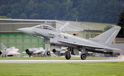 Un avion de chasse Eurofighter Typhoon. Le gouvernement autrichien a annoncé vendredi que le parquet de Vienne avait ouvert une enquête au pénal contre Airbus et le consortium Eurofighter pour escroquerie présumée liée à une commande d'avions de chasse Eurofighter de deux milliards d'euros en 2003. /Photo d'archives/REUTERS/Leonhard Foeger