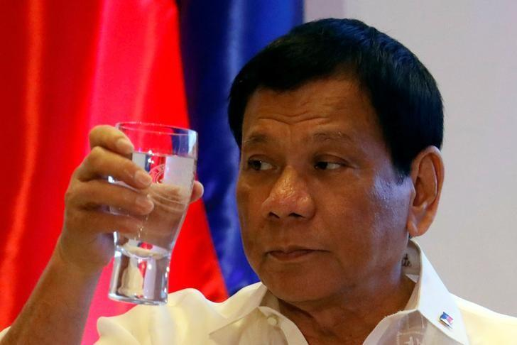 Philippine President Rodrigo Duterte raises a glass of water as he proposed a toast during the Asian Development Bank 50th anniversary in Mandaluyong, Metro Manila, Philippines February 21, 2017.   REUTERS/Erik De Castro