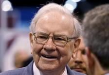 """IMAGEN DE ARCHIVO. El presidente ejecutivo de Berkshire Hathaway, Warren Buffett, habla con periodistas antes de la reunión anual de Berkshire, en Omaha, Nebraska. 2 de mayo 2015.  El multimillonario Warren Buffett, quien convirtió a Berkshire Hathaway Inc en uno de los grupos más exitosos gracias a las acciones que ha escogido durante décadas, lanzó el sábado un nuevo golpe a la industria de gestión de capitales al afirmar que los inversores deben """"apegarse a los fondos indexados de bajo costo"""".REUTERS/Rick Wilking - RTX1B8XR"""