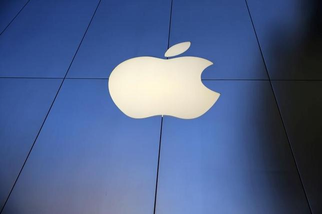 2月25日、米著名投資家ウォーレン・バフェット氏が率いるバークシャー・ハザウェイは、保有するアップル株から16億ドル超の含み益を得ていることが、25日発表した年次報告で明らかになった。写真のアップル社ロゴは、カリフォルニア州ロサンゼルスのアップルストアーで昨年9月撮影(2017年 ロイター/Lucy Nicholson)