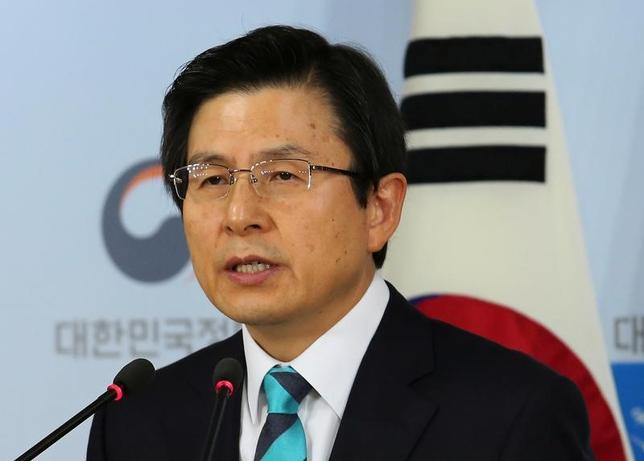 2月27日、韓国の最大野党、共に民主党は他の党と協力して黄教安大統領代行(首相、写真)の弾劾を目指す方針を明らかにした。写真は1月ソウルでの代表撮影(2017年/ロイター)
