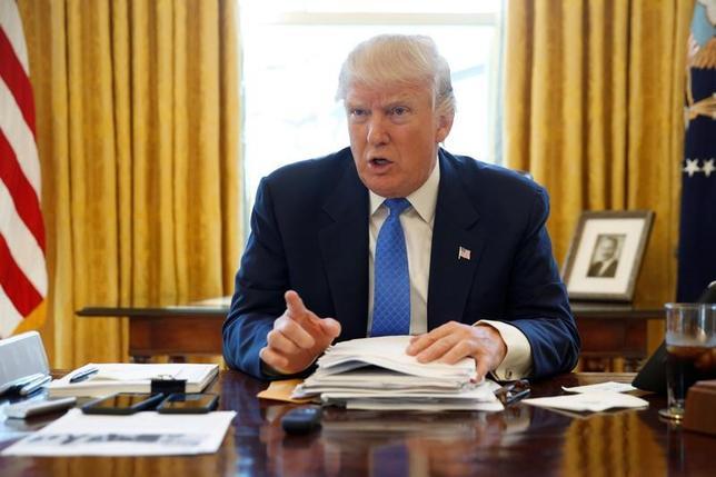 2月24日、トランプ米大統領が米国は核戦力の増強が必要との考えを示したことに対し、専門家らは米国に匹敵する核戦力を持つ国は存在せず、核兵器の近代化プログラムが進める米国が今後も優位を保ち続けるとの見解を示した。写真は23日、ワシントン・ホワイトハウス大統領執務室にてロイターとのインタビューで撮影(2017年 ロイター/Jonathan Ernst)