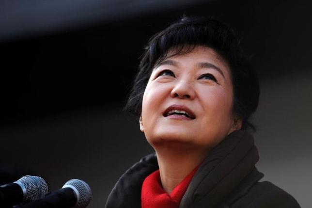 2月27日、韓国の朴槿恵大統領(写真)の親友、崔順実被告らをめぐる疑惑を調べている特別検察は、大統領に対する捜査はできない見通しであることを明らかにした。水原市で2012年12月撮影(2017年 ロイター/Kim Hong-Ji)