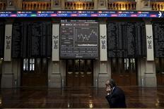 Трейдер на бирже Мадрида. Европейские фондовые индексы демонстрируют разнонаправленную динамику в начале торгов понедельник - поддержку рынку оказывают воодушевляющие отчеты некоторых компаний и ралли акций Intesa Sanpaolo, последовавшее за решением итальянского банка отказаться от приобретения страховой компании Generali, но рост котировок ограничивает резкое падение бумаг London Stock Exchange и Deutsche Boerse   REUTERS/Juan Medina