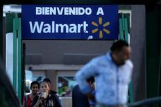 Gente pasa frente a un cartel que da la bienvenida a una tienda de Wal-Mart en Monterrey. 10 de agosto de 2016. Wal-Mart Stores está realizando un nuevo test de comparación de precios en al menos 1.200 tiendas en Estados Unidos en un intento por cerrar la brecha con la tienda de descuentos Aldi, con sede en Alemania, y otros rivales locales como Kroger Co, de acuerdo a cuatro fuentes familiarizadas con la maniobra. REUTERS/Daniel Becerril/