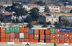 Le chiffre d'affaires du Grand port maritime de Marseille (GPMM), le premier de France, a progressé de 9,7% en deux ans, passant de 135,6 millions d'euros en 2014 à 148,7 millions d'euros l'an dernier. La direction du port souligne que cette augmentation de valeur ajoutée avait été réalisée à effectif salarial constant et avait permis à la capacité d'autofinancement (CAF) de l'entreprise d'atteindre 37 millions d'euros l'an dernier. /Photo d'archives/REUTERS/Jean-Paul Pelissier