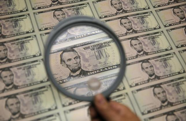 2月28日、正午のドル/円は、ニューヨーク市場午後5時時点に比べ、若干ドル安/円高の112.57/59円。写真はワシントンで2015年3月撮影(2017年 ロイター/Gary Cameron)
