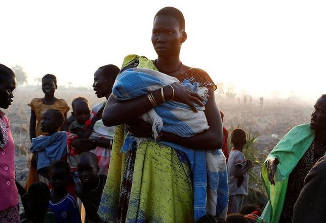 国連難民高等弁務官事務所(UNHCR)は27日、飢饉や内戦から逃れて、今年に入り3万1000人以上の南スーダン国民が隣国スーダンに流入したと明らかにした。その大半は女性や子どもだという。写真は南スーダン・リアーで国連WFPの食糧配給の事前登録にきた女性。26日撮影(2017年 ロイター/Siegfried Modola)