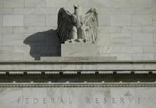 Здание Федрезерва США в Вашингтоне. 28 октября 2014 года. Федрезерву, возможно, понадобится повысить ставки в ближайшем будущем, чтобы избежать отставания от инфляции, сказал в понедельник глава Федерального резервного банка Далласа Роберт Каплан. REUTERS/Gary Cameron