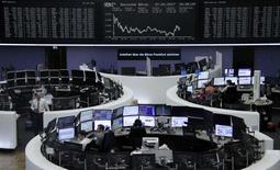 Les principales Bourses européennes évoluent sur une note stable mardi dans la matinée, la prudence dominant avant le discours de Donald Trump devant le Congrès au cours duquel les investisseurs espèrent que le président américain détaillera ses projets de relance économique. À Paris, l'indice CAC 40 gagne 0,11% à 4.580,53 points à 10h06. À Francfort, le Dax est inchangé, à 11.823,56 points, et à Londres, le FTSE grapille 0,05% à 7.256,80 points. /Photo prise le 27 février 2017/REUTERS