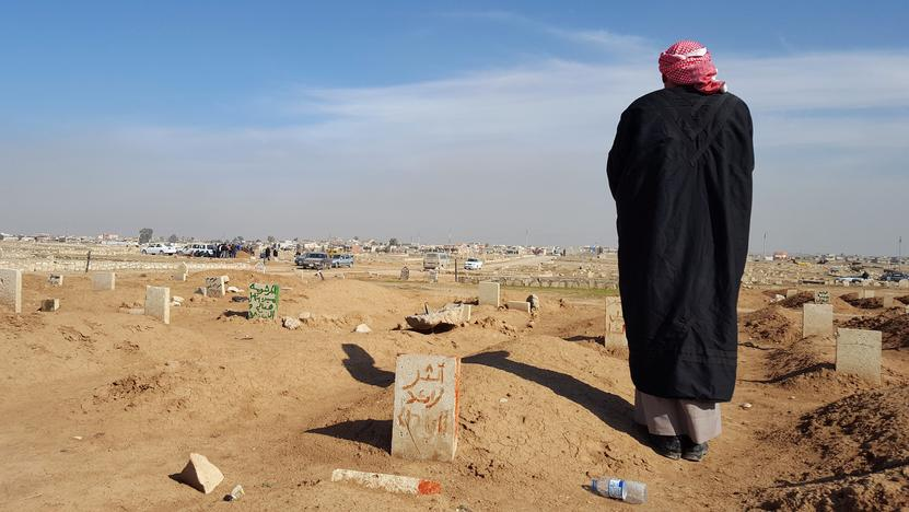 アシーア・アリの墓前に立つ父親(2017年 ロイター/Stephen Kalin)