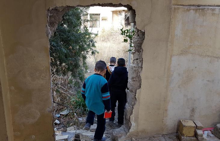 IS訓練施設を通り抜ける近所の子どもたち(2017年 ロイター/Stephen Kalin)