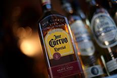 Botellas del tequila José Cuervo en Ciudad de México, México. 8 de febrero 2017. La mexicana José Cuervo, la mayor productora de tequila del mundo, reportó una caída interanual de un 48.5 por ciento en su utilidad neta del cuarto trimestre a 629.1 millones de pesos (30.5 millones de dólares).REUTERS/Edgard Garrido