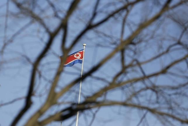 2月28日、韓国が北朝鮮の国連加盟停止を検討すべきと訴えた件で、北朝鮮外交官は、まったく受け入れられないという立場を示した。写真は同国旗。北京で昨年2月撮影(2017年 ロイター/Jason Lee)